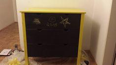 Gelber Buntlack und Tafelfarbe machen aus einer alten IKEA Kommode ein kleines Schmuckstück
