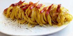 La pasta alla carbonara è un piatto caratteristico del Lazio e più in particolare di Roma preparato con ingredienti popolari e dal gusto intenso,guanciale,