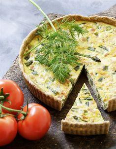 Asparges-skinketærte Danish Cuisine, Danish Food, Tasty Vegetarian Recipes, Real Food Recipes, Healthy Recipes, Savoury Recipes, Yummy Recipes, Quiches, Brunch