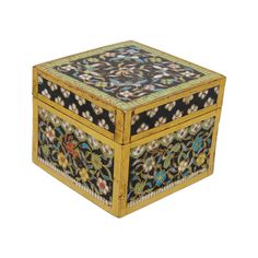 A fine cloisonné box with foliage and butterflies China, around 1800 (Qing-dynasty 1644-1911). Polychrome, black-grounded cloisonné on a gilt-copper body.