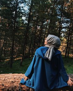 Image may contain: one or more people, people standing, tree, outdoor and nature Cute Girl Photo, Girl Photo Poses, Girl Photography Poses, Girl Photos, Street Hijab Fashion, Muslim Fashion, Modest Fashion, Story Instagram, Creative Instagram Stories