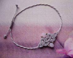 Ein geknüpftes **Armband** in hellem Flieder mit eingearbeiteten Glasdonuts und silberfarbenen Perlchen. Es ist größenverstellbar und lässt sich individuell anpassen. Hergestellt aus S-LON...