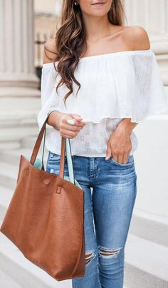 Minimal Details Outfit Classical Lace Blouse Denim Jeans Camel Bag Casual Style - Fashion, Clothes, Style and Designer Trends. Look Fashion, Fashion Outfits, Womens Fashion, Fashion Trends, Runway Fashion, Moda Mania, Spring Summer Fashion, Spring Outfits, Casual Chique