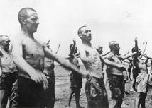 Nederlandse krijgsgevangenen doen ochtendgymnastiek op Java, 29 januari 1944. (NIOD) Ruim 42.000 Europese militairen raakten tijdens de Japanse bezetting van Nederlands-Indië in krijgsgevangenschap. Het waren vooral militairen van de Koninklijke Marine en militairen van het koloniale leger, het KNIL. De Indonesische KNIL-soldaten - rond de 55.000 - maakten massaal gebruik van de mogelijkheid na het ondertekenen van een loyaliteitsverklaring hun vrijheid te herkrijgen.