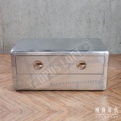 【OPUS LOFT】經典飛行風 鋁皮 咖啡桌經典太空飛行風,不只有特殊的外型,再加上鋁製表皮結合機艙門把而成的多功能矮桌。
