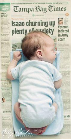 baby foto met de krant van de dag dat de kleine geboren werd
