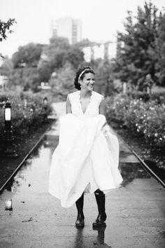 *Se marier les botes de pluie aux pieds
