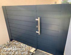 Aj oplotenie na ktorom sa nachádza vaša nehnuteľnosť môže byť krásne a zároveň praktické. Záleží nám na poctivej práci, kvalitných materiáloch a efektívnych riešeniach. Hliníkové ploty a brány si môžete vybrať vo viacerých farebných prevedeniach. Sheltered Housing, Steel Pergola, Garage Doors, Glass, Outdoor Decor, House, Home Decor, Decoration Home, Drinkware