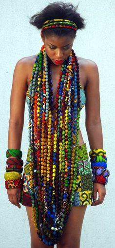 Vestida de colares coloridos