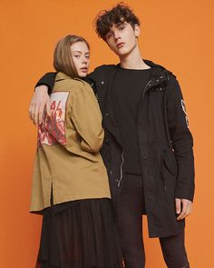 Creative couple fashion photography outfits ideas to make best photoshoot - Bong Pret Model Poses Photography, Clothing Photography, Photography Outfits, Human Poses Reference, Pose Reference Photo, Couple Photoshoot Poses, Couple Posing, Couples Modeling, New Mode