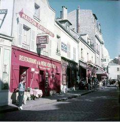 La place du Tertre en septembre 1951. Une photo de © Marcel Bovis - Médiathèque de l'architecture et du patrimoine (Paris 18ème)