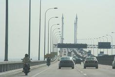 Malaysia eröffnet Megaprojekt Riesenbrücke von Mr. Travel · http://reisefm.de/tourismus/malaysia-eroeffnet-megaprojekt-riesenbruecke/ · Mit einem gewaltigen Feuerwerk ist in Malaysia die größte Brücke Südostasiens eingeweiht worden.