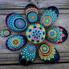 "878 Me gusta, 6 comentarios - Yulia (@yuliart.dots) en Instagram: ""#YuliaArtDots #stoneflower #dots #dotting #mandalla #black #pebbles #rocks #stones #paintedstones…"""