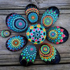 "880 mentions J'aime, 6 commentaires - Yulia (@yuliart.dots) sur Instagram : ""#YuliaArtDots #stoneflower #dots #dotting #mandalla #black #pebbles #rocks #stones #paintedstones…"""