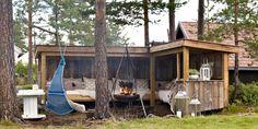 INNEBYGGET: En utesofa med tak og vegger utvider utesesongen på hytta.