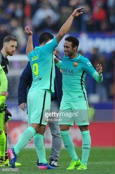 Fotografía de noticias : Luis Suarez of FC Barcelona celebratea with...