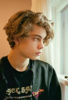 Hair curly men teen hairstyles 27 ideas for 2019 You are in the right place about curly hair styles Brown Hair Boy, Blonde Hair Boy, Brown Curly Hair, Wavy Hair Men, Boys With Curly Hair, Curly Hair Cuts, Curly Hair Styles, Blonde Boys, Hair Styles For Boys