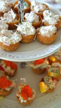 Roligt att ni ville ha receptet på dessa. För de var jättegoda, och så enkla att göra. Passar lika bra som fyllning till bakpotatis, eller på smörgåsen. De olika rörorna kan du förberda några timmar innan, men fyll inte upp croustaderna förän ni precis ska äta dem. Annars försvinner krispigheten Och dessa … Läs mer Swedish Cuisine, Swedish Recipes, Party Food And Drinks, Food Inspiration, Tapas, Cravings, Good Food, Food Porn, Fudgy Brownies