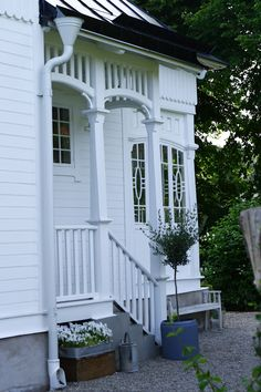 Bilderesultat for sveitserhus veranda Brunswick House, Sweden House, Porch And Balcony, Street House, Vintage Stil, House Entrance, Scandinavian Home, White Houses, House Goals
