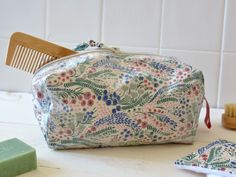 Tuto : faire une trousse de toilette! Sewing For Beginners, Sewing Techniques, Louis Vuitton Speedy Bag, Simple, Fabric, Diy Stuff, Pose, Weaving, Quilting