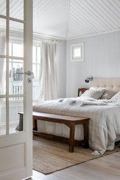 Klassista kauneutta | Oikotie - Kotiin Bedside, Eames, Sweet Home, Inspiration, Furniture, Home Decor, Interiors, Biblical Inspiration, Decoration Home