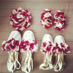 Complementos para pajes, complementos para niñas de arras, complementos de pelo para niñas, tocados de flores a juego con los zapatos para pajes.