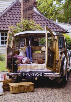 The Morris Minor Traveller is such a useful and charming classic. Morris Minor, Picnic Time, Summer Picnic, Summer Fun, Morris Traveller, Cars Vintage, Vintage Picnic, Family Picnic, Al Fresco Dining