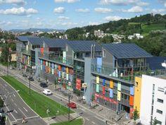 O bairro Vauban, na cidade de Freiburg, localizada no sul da Alemanha, com pouco mais de 5.500 habitantes,  é modelo de sustentabilidade, com isolamento térmico, sistema de ventilação, reciclagem de dejetos transformada em energia com um reator de biogás e tratamento de água. Os telhados recobertos de material captador de energia solar, geram mais energia do que consomem. Os residentes se movimentam basicamente a pé e de bicicleta ou usam bondes elétricos que atravessam o bairro.