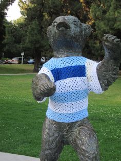 ♔ BEAR STATUTE YARN-BOMBING #YARNBOMB