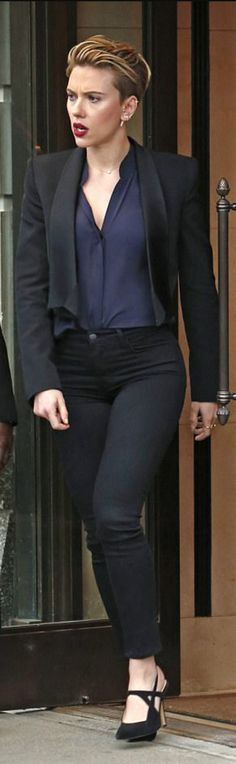 Who made  Scarlett Johansson's blue collarless top, black skinny jeans, and pumps?