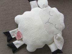 Naninha ou almofada em formato de ovelhinha, em tecido carapinha, super macia.  Enchimento em fibra siliconada.  Tamanho aprox. 30 cm x 27 cm (corpinho)  Sob encomenda, consulte prazo de confecção e valor de frete