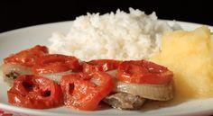 Ingredientes • 600 g de bife de carne bovina • 400 g de tomates vermelhos, aproximadamente • 300 g de cebolas, aproximadamente • 1 folha de louro • 1 dente de alho • sal • 4 colheres de sopa de óleo de milho Preparo 1. Descascar o alho e as...