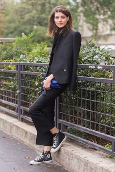 50 fall outfits to buy right away - cool fashion accessories стиль конверс, Converse Noir, Style Converse, Outfits With Converse, Converse Sneakers, Style Noir, Mode Style, Style Me, Street Style Vintage, Street Style Chic