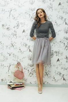 Grauer verzierter Pullover mit Rundhalsausschnitt, Grauer Ausgestellter Rock aus Tüll, Hellbeige Leder Pumps, Rosa Wildleder Umhängetasche für Damen