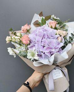 60 New ideas flowers shop design hydrangeas Beautiful Bouquet Of Flowers, Amazing Flowers, Flowers In Hair, Beautiful Flowers, Flower Shop Design, Flower Designs, Hand Bouquet, Flower Bouquet Wedding, How To Wrap Flowers