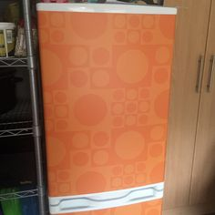 Decided that my fridge looked a little dull, so adapted Verner Pantons Geometri 1 and printed it onto self adhesive vinyl, Matt laminated it and used it to wrap the fridge...  Stylie!!