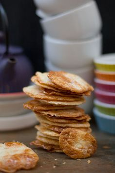 Galletas de hojaldre caramelizadas by Blumenthal. Caramelised puff pastry biscuit by Blumenthal. Sweet Desserts, Sweet Recipes, Biscuits, Cookie Brownie Bars, Christmas Party Food, C'est Bon, Sin Gluten, Afternoon Tea, Cookie Recipes