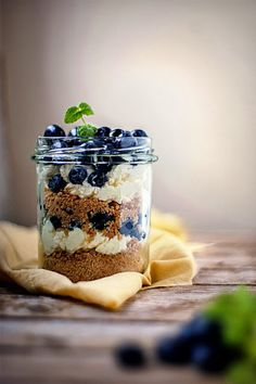 Dessert with blueberry, mascarpone cheese and oat biscuits / Agnieszka Krach