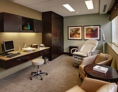 The care and comfort of patients should be a priority in the design of a medical office. Medical Office Interior, Optometry Office, Medical Office Design, Healthcare Design, Clinic Interior Design, Clinic Design, Hospital Design, Treatment Rooms, Cabinet Design