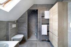 Badkamers onder schuine daken? Tijd om te puzzelen! Attic, Toilet, Bathtub, Interior Design, Bathroom, Home, Van, Loft Room, Standing Bath