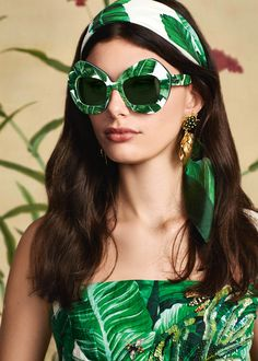 Discover the new Dolce & Gabbana Women's Botanical Garden Collection for Fall Winter 2016 2017 and get inspired. Dolce Gabbana 2016, Winter Typ, Fall Winter, Winter 2017, Shady Lady, Shades Of Green, My Favorite Color, Botanical Gardens, Mirrored Sunglasses