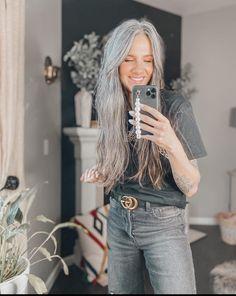Grey Hair Don't Care, Long Gray Hair, Very Long Hair, Grey Hair Inspiration, Natural Hair Styles, Short Hair Styles, Beautiful Old Woman, Platinum Hair, Mature Fashion