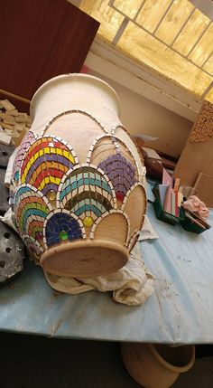 Fish scale mosaic design on a shapely flower pot. Photo by Yehudit Barak.Go to gym dandy and find plates and bowls and cups to break and create withMosaic vase work in progressLike this design, could try in colors also - Salvabrani Mosaic Tile Art, Mosaic Vase, Mosaic Artwork, Mosaic Crafts, Mosaic Projects, Pebble Mosaic, Mirror Mosaic, Mosaic Planters, Mosaic Flower Pots