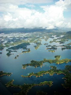 Embalse Guatapé, Antioquía, Colombia #travel #places #beautiful #cute #cool #trip #holidays #vacation #sea #see #pictureoftheday #backpackers #amazing #viajar #viajes #viatges #lugares #nqf #colombia Trip To Colombia, Colombia Travel, Colombia South America, South America Travel, Ecuador, Vancouver, Travel Goals, Travel Hacks, Waterfalls