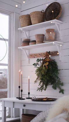 granris Real Christmas Tree, Christmas Greenery, Christmas Fireplace, Christmas Home, Christmas Decorations, Xmas, Scandinavian Style Home, Scandinavian Christmas, Country Interior
