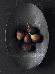 purple figs & black bowl | fruit: fig . Frucht: Feige . fruit: figue | food styling: Heather Shaw |