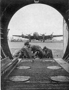 Horsa Glider being loaded with a 6 Pdr gun, Gloucestershire (England) Military Archives, Pilot, Operation Market Garden, Military Records, D Day Landings, Ww2 Pictures, Ww2 Planes, Paratrooper, Ww2 Aircraft