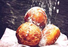 Cele mai rapide gogoși de la bunica   Retete culinare - Romanesti si din Bucataria internationala Sweets Recipes, Cooking Recipes, Anton, Doughnuts, I Foods, Deserts, Food And Drink, Good Food, Homemade