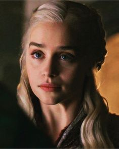 Emilia Clarke - as Daenerys Targaryen - Arte Game Of Thrones, Game Of Thrones Facts, Game Of Thrones Quotes, Game Of Thrones Funny, Emilia Clarke Daenerys Targaryen, Pastel Blonde, White Blonde, White Hair, Emilie Clarke