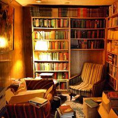 Pode parecer pretensioso, mas é verdade, o meu quarto é beeeeeem parecido com isso *-* Só que ao invés de uma cadeira, tem uma cama embaixo da estante :D  ivoryathena:  I believe I have found the secret to eternal happiness in the back room of a used bookstore.